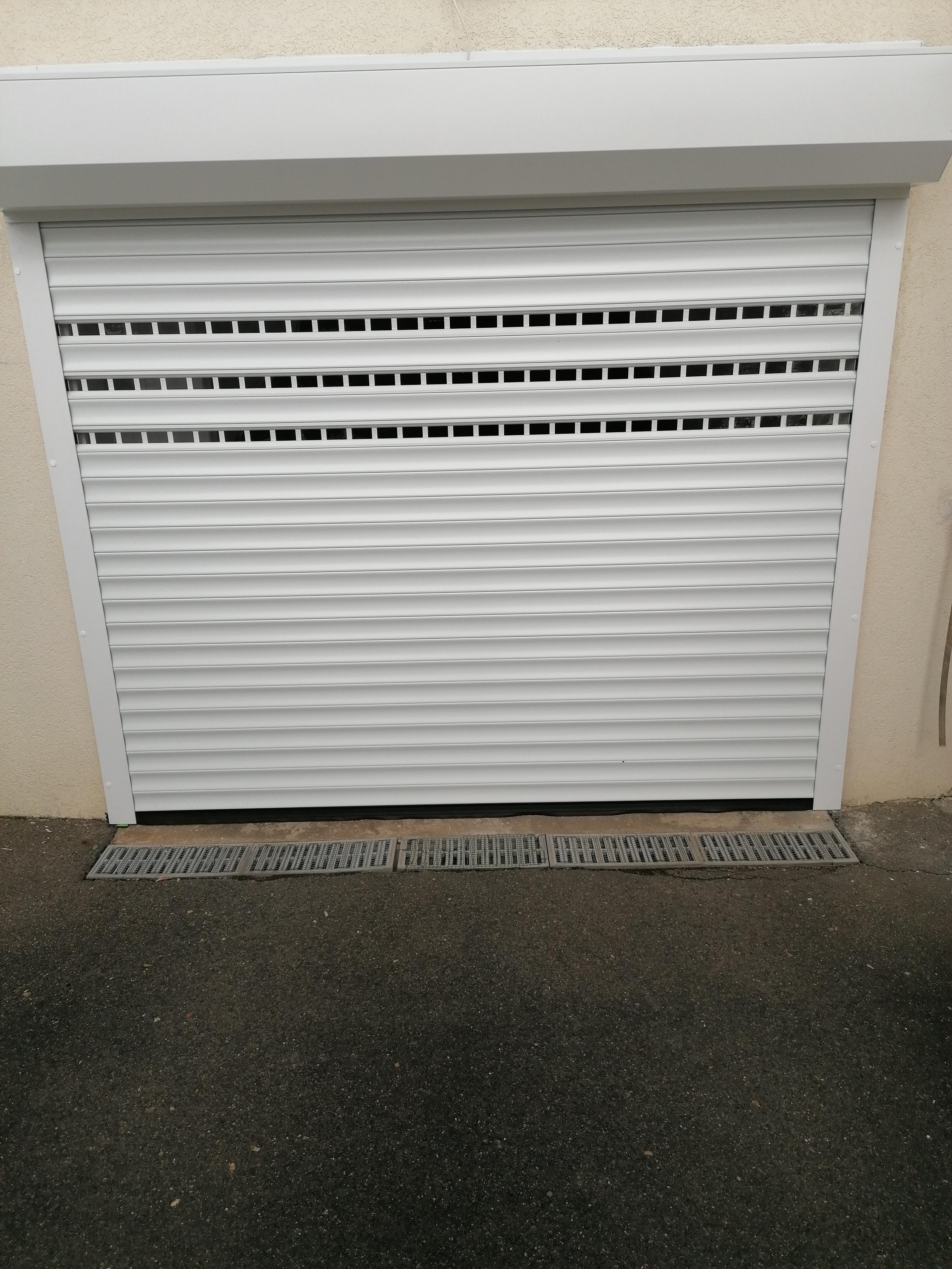 Pose d'une porte de garage enroulable avec 3 lames hublot