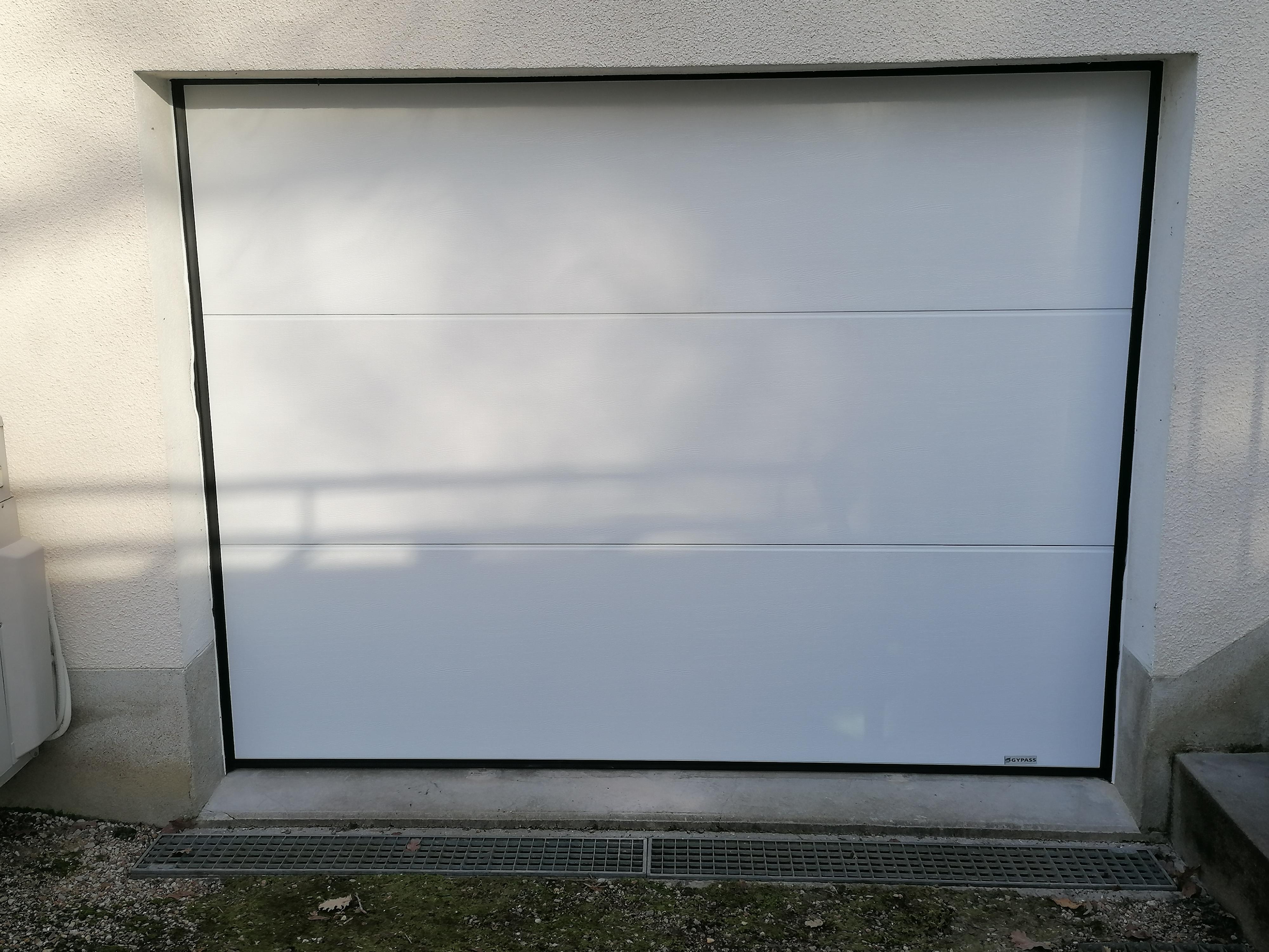 Pose d'une porte de garage sectionnelle Aloha de marque Gypass